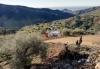 Räddningsplatsen utökades allt eftersom och från att först ha rymt ett tält omvandlades den pittoreska jordlotten i Axarquía till et jättelikt grustag. Foto: Emergencias 112