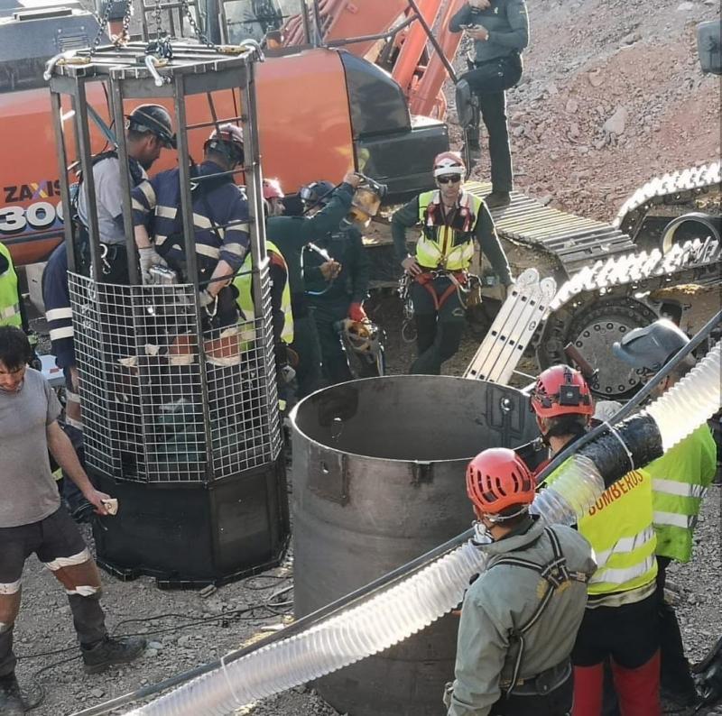 Klockan 17.49 på torsdagen skickades de första två gruvarbetarna ned i den blott 1,10 meter breda räddningsbrunnen. Foto: Gómez de Celis (Instagram)