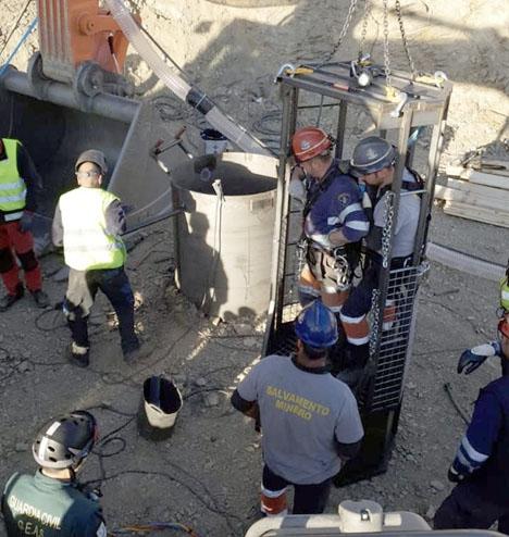 De åtta gruvexperterna från Asturien har det senaste dygnet fått hjälp av sprängmedelsexperter från Guardia Civil för mikrodetonationer. Foto: Guardia Civil