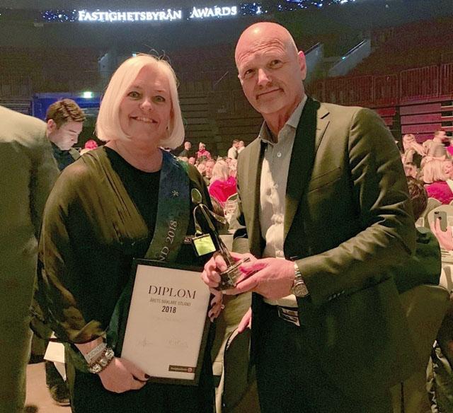 Årets pristagare Lotta Löwenhoff fick utmärkelsen som Fastighetsbyråns bästa utlandssäljare av förra årets vinnare Kent Scharnke.