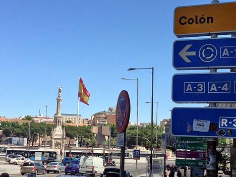 Vid Plaza de Colón finns Spaniens största flagga. Där samlades 10 februari tusentals demonstranter för att kräva nyval.