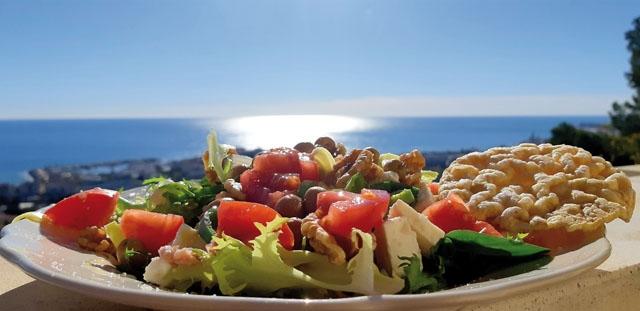 Ashram Villa Sunshine ligger i en sluttning med utsikt över Medelhavet och rymmer upp till 16 gäster samtidigt.