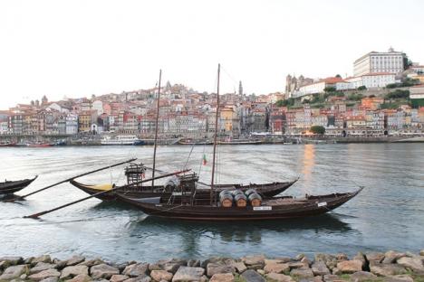 Vintillverkningen i norra Portugal har månghundraåriga anor. Numera brukas ej längre de traditionella båtarna rabelos för att forsla vinet längs Douro-floden till Porto. Foto: Jsamwrites/Wikimedia Commons