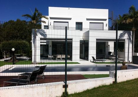 Stigande priser och osäkerhet på marknaden gör att många utländska husköpare just nu avvaktar, enligt Fastighetsbyrån i Spanien.