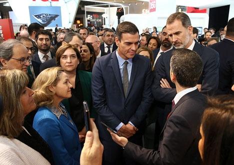 Den katalanske regionalpresidenten Quim Torra och Barcelonas borgmästare Ada Colau (i grönt, till vänster) surade och vägrade hälsa på kung Felipe VI vid invigningen i veckan av Mobile World Congress.