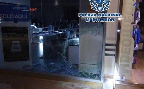 Rånarna hann slå sönder skyltfönstret med släggor. Foto: Policía Nacional