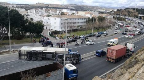 Minst sju personer har skadats när en långtradare kom över i mötande körfält och välte vid La Cala de Mijas. Foto: Faccebook