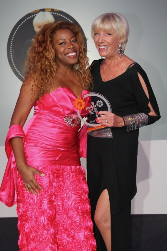 "Jill Lindberg mottog priset ""Icono Universal"" 15 mars av sångerskan Yanela Brooks. Foto: Nicholas Teuma"