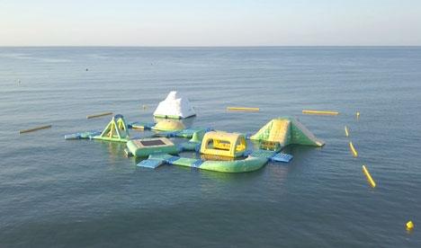 Fem hoppslott i vattnet ska skyddas i sommar mot maneter, genom att inhägnas av nät.
