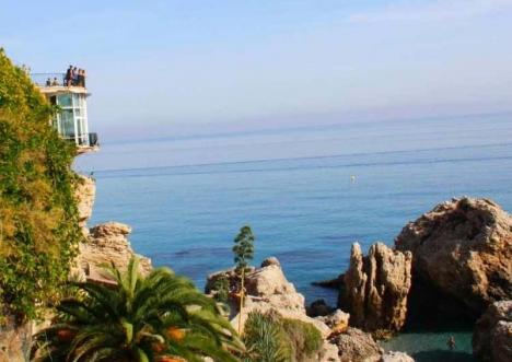 Den fridfulla idyllen vid Balcón de Europa rämnade efter att ett lik upptäckts flyta i vattnet.