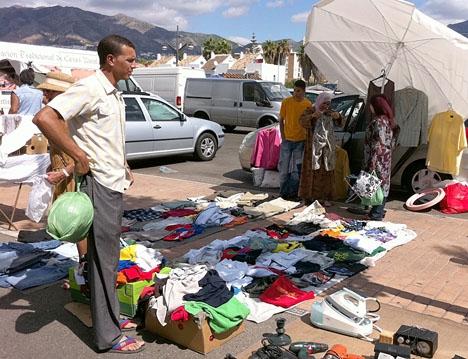 Mer än 5 500 plagg togs i beslag vid marknaden i Fuengirola. ARKIVBILD