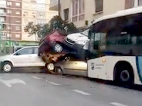 Ett flertal fordon rammades av bussen och mirakulöst nog skadades ingen människa. Foto: Facebook