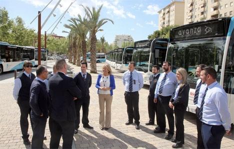Borgmästaren Ángeles Muñoz vid presentationen av de nya lokalbussarna i Marbella. Foto: Ayto de Marbella