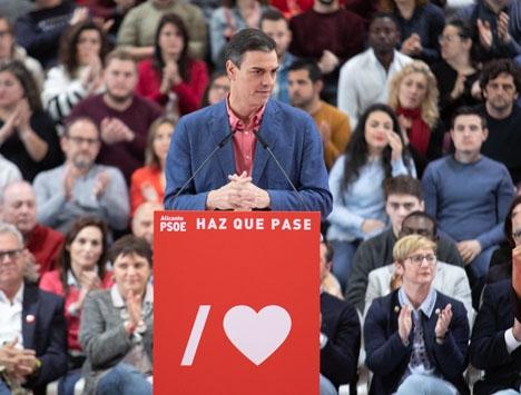 Regeringschefen Pedro Sánchez hoppade överraskande av den första avtalade debatten, när ledaren för Vox nekades deltaga.