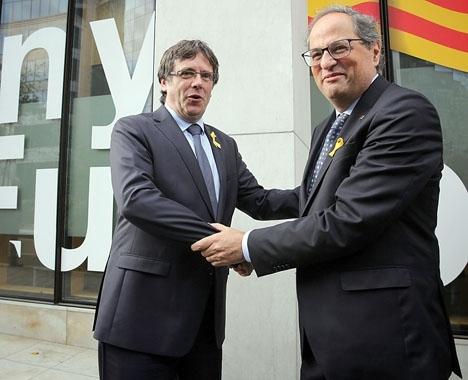 Carles Puigdemont (till vänster) riskerar att häktas om han reser till Spanien för att hämta ut sin väntade ackreditering om han väljs till EU-ledamot. Foto: Generalitat de Catalunya