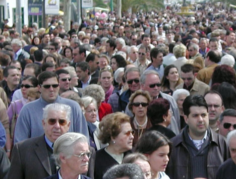 Den spanska befolkningen sjönk förra året medan den utländska steg med nära 300 000 personer.