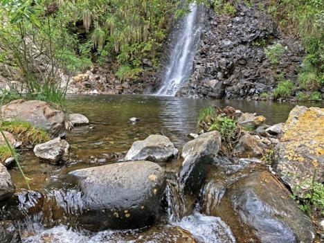 Nära byn Tolox, vid Sierra de las Nieves, finns inte bara ett utan flera spektakulära vattenfall. Det på bilden är Charco de la Vírgen (Jungfrukällan).