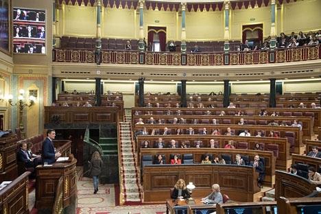 Det blir en ovanlig start av den nya mandatperioden i parlamentet, med fem ledamöter som kommer att vara eskorterade tlll och från plenisalen.