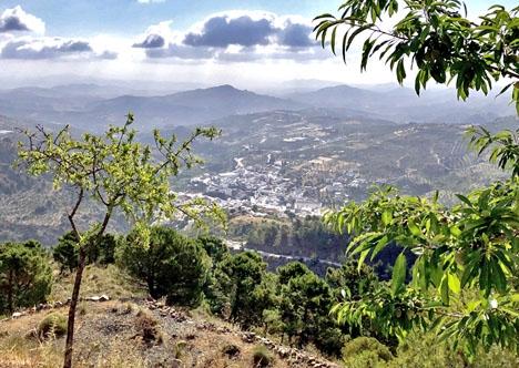 Byn Tolox ligger naturskönt vid Sierra de las Nieves.