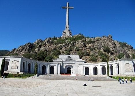 Antalet besökare vid Valle de los Caídos har mångdubblats, sedan den annonserade flytten av diktatorn Franco.