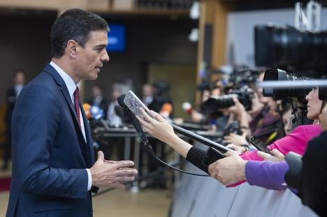 Pedro Sánchez har officiellt tilldelats uppdraget att bilda regering, även om förhandlingarna på lokal nivå kommer att försena den eventuella utnämningen.