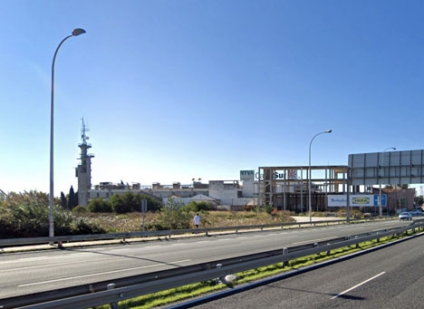 Canal Surs tv-torn måste sänkas till mindre än halva höjden, för att den nya start- och landningsbanan ska kunna användas fullt ut. Foto: Google Maps