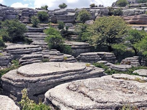 Det som tidigare var havsbotten har under hundratals miljoner år eroderat till de fascinerande klippformationer som idag kan beskådas i naturparken El Torcal.