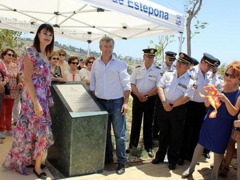 Irene Villa med bland annat Esteponas borgmästare José María García Urbano vid invigningen av den nya avenyn. Foto: Ayto de Estepona
