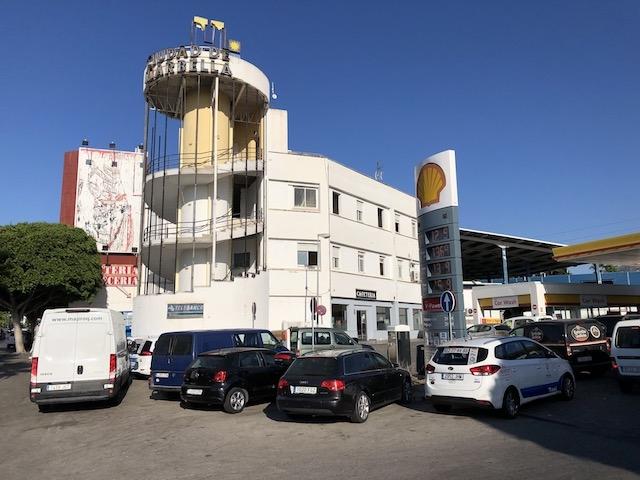 Både hotellet Ciudad de Marbella och den intilliggande bensinstationen bryter mot den gällande stadsplanen från 1986.
