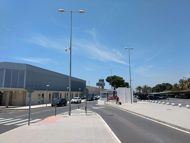 GoldCar kräver inlämning med full tank trots att det saknas en bensinstation nära flygplatsen i Almería, där den aktuella bilen återlämnades. Foto: Olea/Wikimedia Commons
