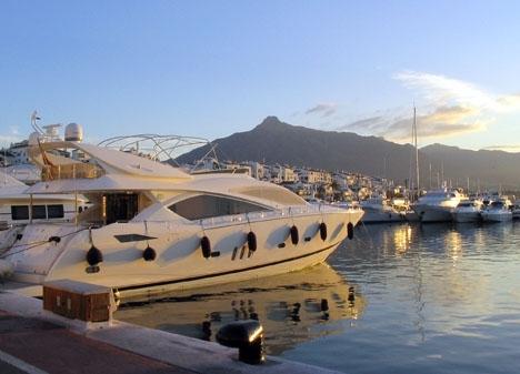 Man måste vara rik om man vill lägga till sin lyxjacht i Puerto Banús.