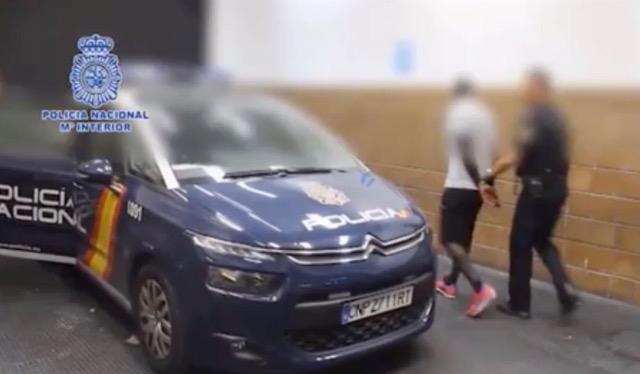 Ögonblicket när bröderna Bogere först till polisbilen för transport till häktet. Video: Policía Nacional