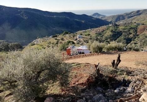Statsåklagaren finner att det är ägare till tomten i Totalán som dels utförde olagliga arbeten och dels inte täckte över hålet i vilket Julen föll. Foto: Emergencias 112