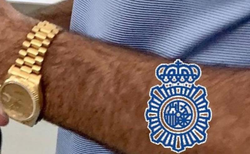 Polisen ertappade mannen på Málaga flygplats med klockan på sig. Foto: Policía Nacional