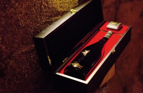 Endast 150 flaskor av AurumRed Gold säljs om året och de kostar 25 000 euro styck. Men då får man en fin låda och vinmakarens signatur i 18 karats guld på köpet. Foto: Aurumred Wine