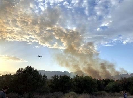 Samtliga tre bränder öster om Marbella startade strax före mörkrets inbrott.