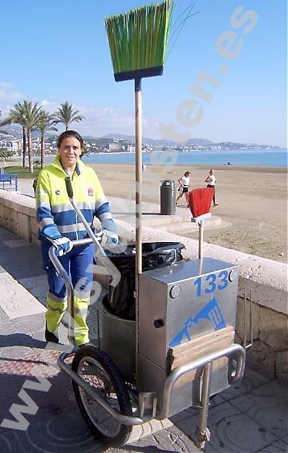 """Mayca är gatsoperska i Málaga. Hon trivs med sitt jobb men skulle gärna studera i framtiden. """"Jag slutade skolan när jag var 14 år, sedan dess har jag arbetat. Jag ville bidra och var lycklig om jag kunde hjälpa min mamma."""""""