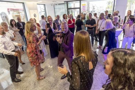 Andreas Lundstedt höll stor show vid invigningen i Nerja 20 september. Foto: Privat