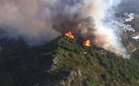 Branden nära Casares startade vid 19-tiden på tisdagen och har två härdar. Foto: Infoca