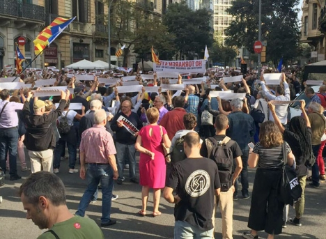 Om det är de katalanska separatisterna som förtrycks, varför har de då i nu mer än sju års tid kunnat marschera med sina självständighetsflaggor medan de som vädrar pro-spanska sympatier riskerar stryk? Foto: Carina Martin