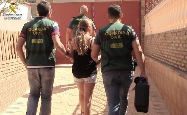 Spansk polis greps kvinnan efter tips från NOA i Sverige. Foto: Guardia Civil