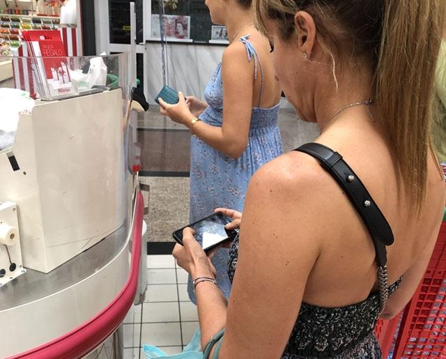 Även om mobilerna ej kommer att kopplas till respektive ägare är den annonserade studien föremål för kontrovers.