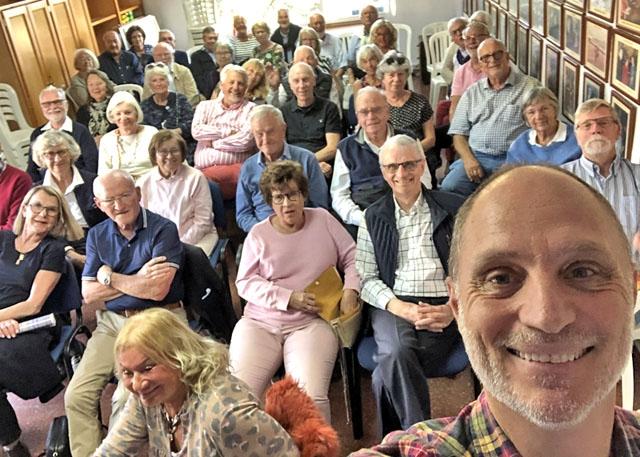 Mats Björkmans föredrag är omåttligt populära och så sent som 4 november hade han publikrekord, med 330 åhörare i Nerja. Fotot är från ett tidigare föredrag i La Campana. Detta blir första gången som han talar Live, via YouTube.