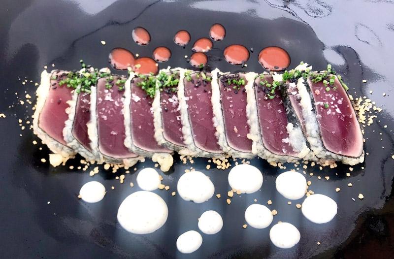 I Zahara de los atunes (Cádiz) bjuds det på tonfisk  i alla former och varianter. En  sådan måltid blir  extra minnesvärd om den kombineras med rätt viner. (Fotot är taget i en annan restaurang i Zahara  de los Atunes än den som anges i artikeln.)