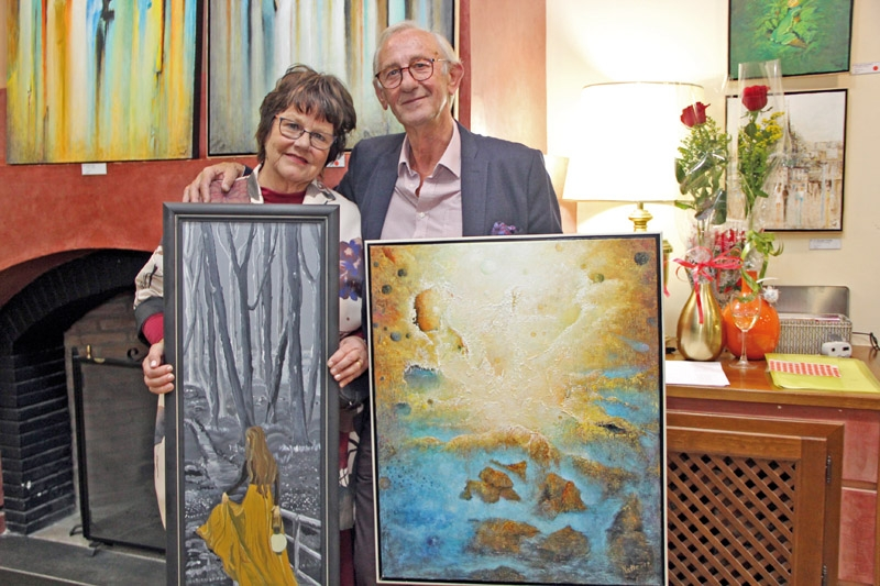 Camilla Grahn och Natale Orlich med några av sina alster.