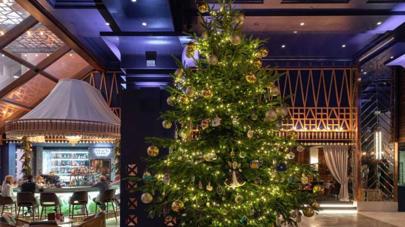 Julgranen är dekorerad med juveler värda tolv miljoner euro och kan beskådas till och med trettondagen. Foto: Kempinski Bahía de Estepona