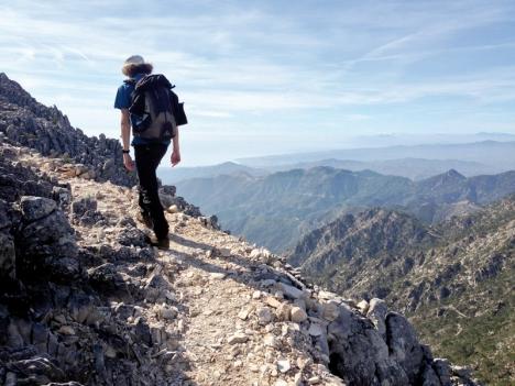 Trots att stigen upp till toppen är smal och slingrande känns det aldrig otäckt eller svindlande.