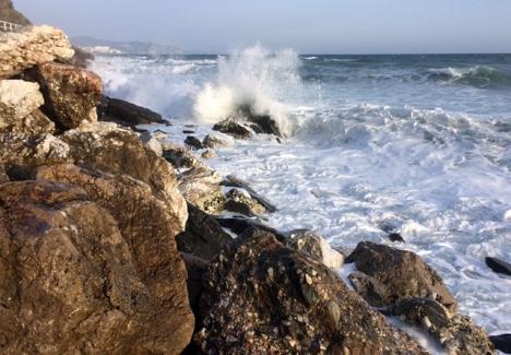 Det väntas vågor på upp till fyra meter vid kustbandet. ARKIVBILD