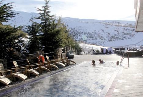 El Lodge är det enda hotellet i Sierra Nevada där man kan bada utomhus i 35-gradigt vatten.