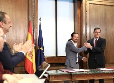 Pablo Iglesias från Unidas Podemos och Pedro Sánchez från socialistpartiet PSOE undertecknade 31 december det detaljerade regeringsprogrammet som de hoppas kunna genomföra, med indirekt stöd av katalanska ERC. Foto: PSOE
